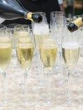 Champagne wordt gegoten in glazen Stock Foto's
