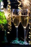 Champagne, zwei Gläser und Sparklers. Lizenzfreie Stockfotos