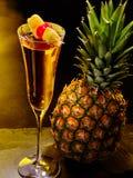 Champagnecoctail med körsbär och ananas 59 Arkivbilder