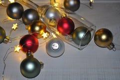 Champagneexponeringsglas av prydnader med stjärnaljus arkivbilder