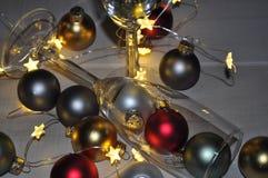 Champagneexponeringsglas av prydnader med stjärnaljus royaltyfri bild