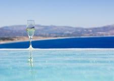 Champagneexponeringsglas av simbassängen Arkivfoto