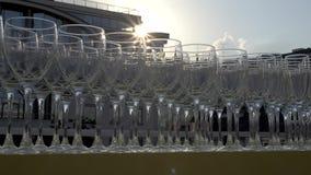 Champagneexponeringsglas i en rad stock video