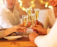 Champagneexponeringsglas i folkhänder Fotografering för Bildbyråer
