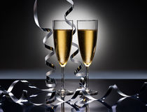 Champagneexponeringsglas i partilook för nya år Royaltyfria Bilder