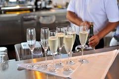 Champagneexponeringsglas i stången Arkivbilder