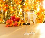 Champagneexponeringsglas med begreppsmässig heterosexuell garnering arkivfoton