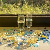 Champagneexponeringsglas med champagne på fönsterbrädan royaltyfria foton