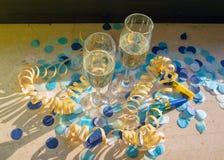 Champagneexponeringsglas med champagne på fönsterbrädan i sunshien royaltyfria bilder