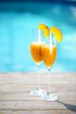Champagneexponeringsglas med den persikaBellini coctailen Royaltyfri Fotografi
