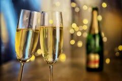 Champagneexponeringsglas med flaskan Royaltyfria Bilder