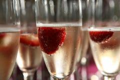 Champagneexponeringsglas med jordgubbar Arkivfoton