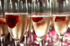 Champagneexponeringsglas med jordgubbar inom Royaltyfri Foto