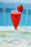 Champagneexponeringsglas med jordgubben Rossini coctail Sommarpöl Royaltyfri Fotografi