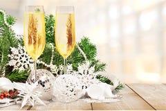 Champagneexponeringsglas med julpynt på Arkivfoton