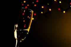 Champagneexponeringsglas med kulöra bubblor Arkivfoto
