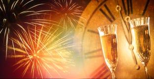 Champagneexponeringsglas mot ferieljus och midn för klocka nästan royaltyfri fotografi