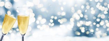 Champagneexponeringsglas mot vinterbakgrund arkivfoto
