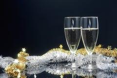 Champagneexponeringsglas och dekor för nytt år Fotografering för Bildbyråer