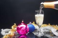 Champagneexponeringsglas och dekor för nytt år royaltyfri fotografi