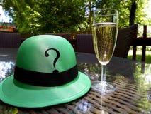 Champagneexponeringsglas och frågehatt Arkivbild