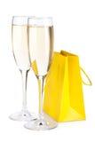 Champagneexponeringsglas och gåvapåse Royaltyfria Bilder