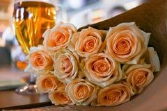 Champagneexponeringsglas och rosor i restaurangen royaltyfri foto