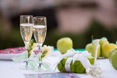 Champagneexponeringsglas på brölloptabellen Arkivbilder