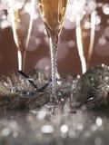 Champagneexponeringsglas på mörk guld- bakgrund Royaltyfria Foton