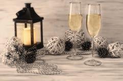 Champagneexponeringsglas på vit bakgrund med garneringar Fotografering för Bildbyråer