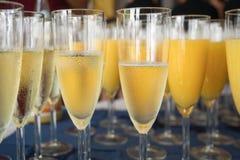 Champagneexponeringsglas som är klara att tjäna som Royaltyfri Fotografi