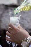 champagneexponeringsglas som hälls till Royaltyfri Bild