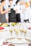 champagneexponeringsglas som möter deltagarerostat bröd Arkivfoton