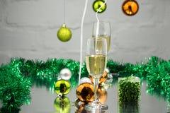 champagneexponeringsglas två nytt år för beröm Grund DOF arkivbild