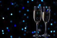 champagneexponeringsglas två vita röda stjärnor för abstrakt för bakgrundsjul mörk för garnering modell för design royaltyfri bild