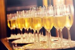 Champagneexponeringsglasbakgrund Champagne med den isolerade flygballonger och santa hatten royaltyfria bilder