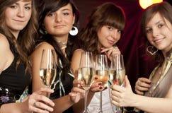 champagneexponeringsglaskvinnor Arkivfoto
