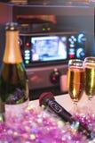 Champagneflöjt och flaska av mousserande vin med rosa girland D Royaltyfri Foto