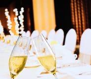 Champagneflöjter med guld- bubblor på jul bordlägger garneringbakgrund Fotografering för Bildbyråer