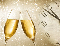 Champagneflöjter med guld- bubblor på silver tänder bokehbakgrund Royaltyfria Bilder