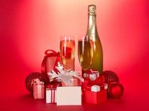 Champagneflaska, exponeringsglas, gåvaaskar och royaltyfri bild