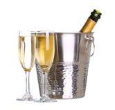 Champagneflaska i hink med is och exponeringsglas av champagne Royaltyfri Foto