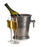 Champagneflaska med hinkis och exponeringsglas av champagne som isoleras på vit festlig livstid fortfarande Arkivbilder