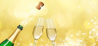 Champagneflaska med två champagneexponeringsglas och kopieringsutrymme royaltyfri fotografi