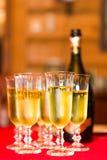 Champagneflaska och drickaexponeringsglas Arkivbilder