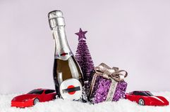 Champagneflaska på en rosa bakgrund, tillbehör för holiden royaltyfria bilder