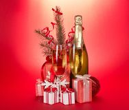Champagneflaska, vinexponeringsglas, gåvor, gran-träd royaltyfri foto
