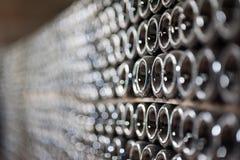 Champagneflaskor som hålls för sekundär jäsning i underjordisk källare i Abrau-Durso, Novorossiysk Arkivfoton