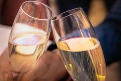 2 champagnefluiten - vieringstoost stock afbeeldingen