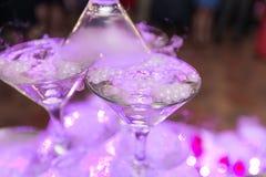 Champagneglidbana Pyramid eller springbrunn som göras av champagneexponeringsglas med körsbäret och ånga från torr is royaltyfri bild